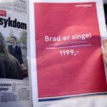 """Жена во Осло држи весник со рекламата на Norwegian Airlines """"Бред е Single"""",  Лос Анџелес, Директно лет во еден правец,  1199,- ..."""" Извор на фотографија: http://www.stuff.co.nz/"""